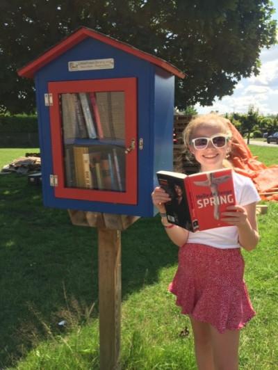 Nena zorgt goed voor het boekenruilkastje in Lippelo